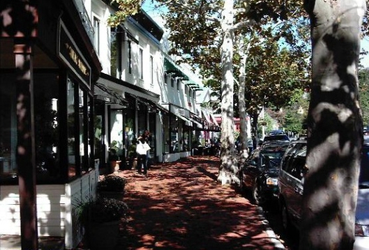 Westport downtown: a quaint atmosphere with upscale shops makes for easy windo shopping. Photo: Virtualtourist.com